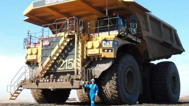 Conheça os caminhões que carregam mais de 350 toneladas de carga por vez
